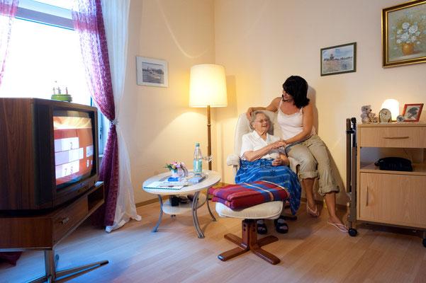 Besuch der Mutter im Zimmer - Altenheime Apel betreiben 5 Einrichtungen für Altenpflege & Seniorenbetreuung in Geesthacht, nähe Hamburg