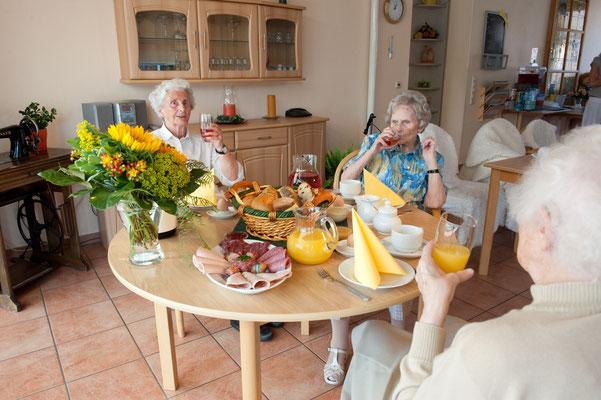 Seniorinnen beim Frühstück - Altenheime Apel betreiben 5 Einrichtungen für Altenpflege & Seniorenbetreuung in Geesthacht, nähe Hamburg