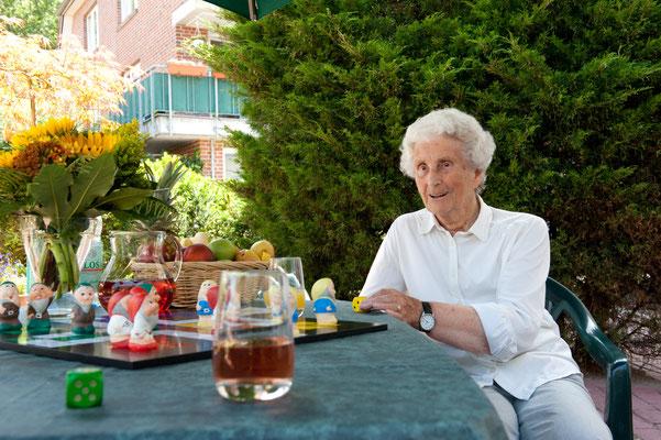 Seniorin spielt im garten Mensch ärger dich nicht - Altenheime Apel betreiben 5 Einrichtungen für Altenpflege & Seniorenbetreuung in Geesthacht, nähe Hamburg