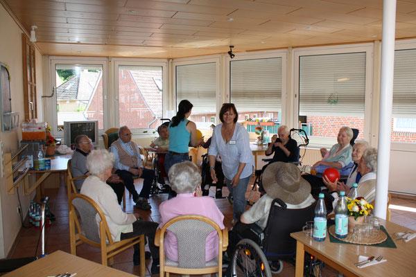 Sitzkreis mit Spielen - Altenheime Apel betreiben 5 Einrichtungen für Altenpflege & Seniorenbetreuung in Geesthacht, nähe Hamburg