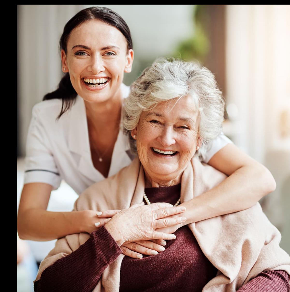 Pflegerin und Seniorin - Altenheime Apel betreiben 5 Einrichtungen für Altenpflege & Seniorenbetreuung in Geesthacht, nähe Hamburg